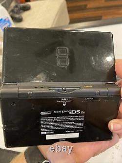 Nintendo Ds Lite Console Noir Bon État Avec Chargeur & Pokemon Black Shell