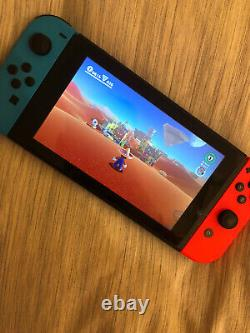 Nintendo Switch 32 Go Neon Red Neon Blue. En Bon État. Avec Batterie Supplémentaire